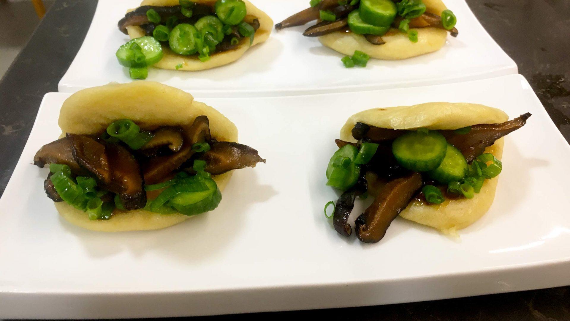 לחמניות באו ממולאות בפטריות שיטאקה ברוטב ברביקיו