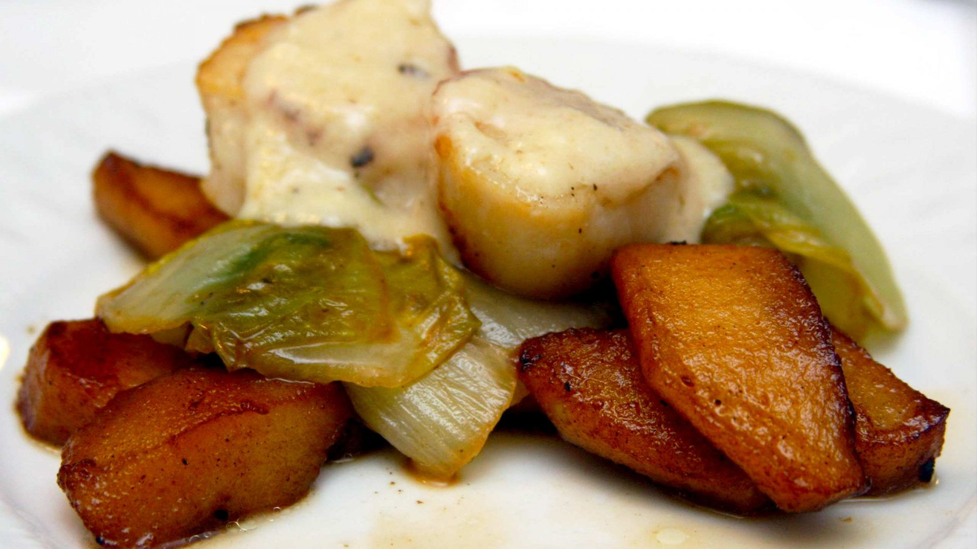 סלט אנדיב ותפוחי עץ מקורמלים עם קוקי סאן ז'אק
