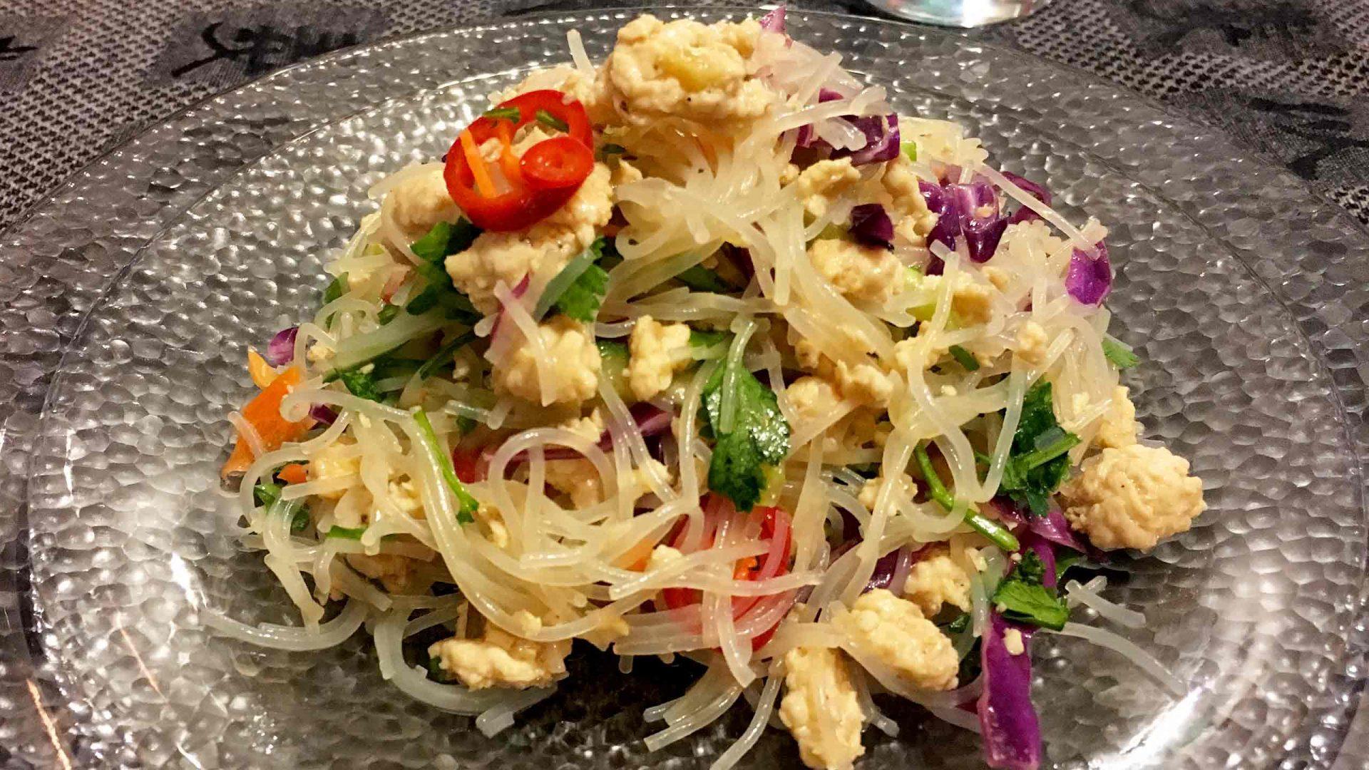 סלט אסייתי - ירקות, אטריות אורז ועוף טחון