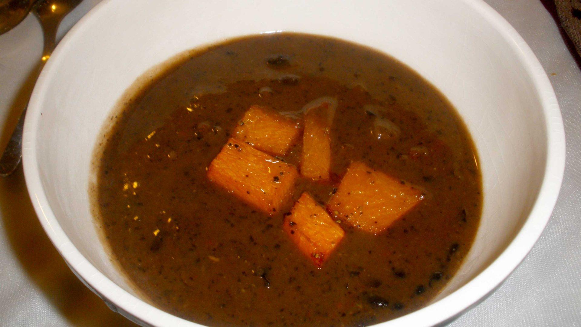 מרק שעועית שחורה ודלעת