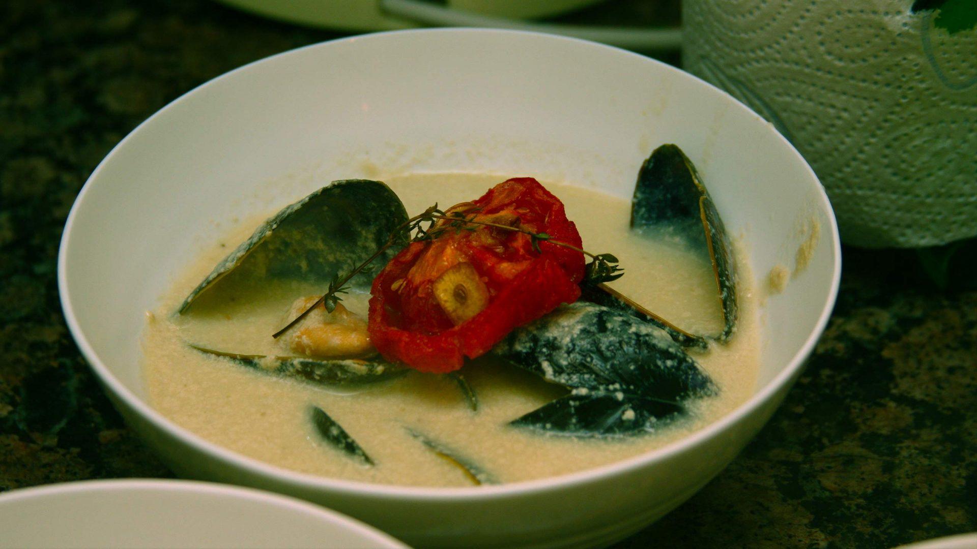 מרק חצילים עם מולים וקונפי עגבניה