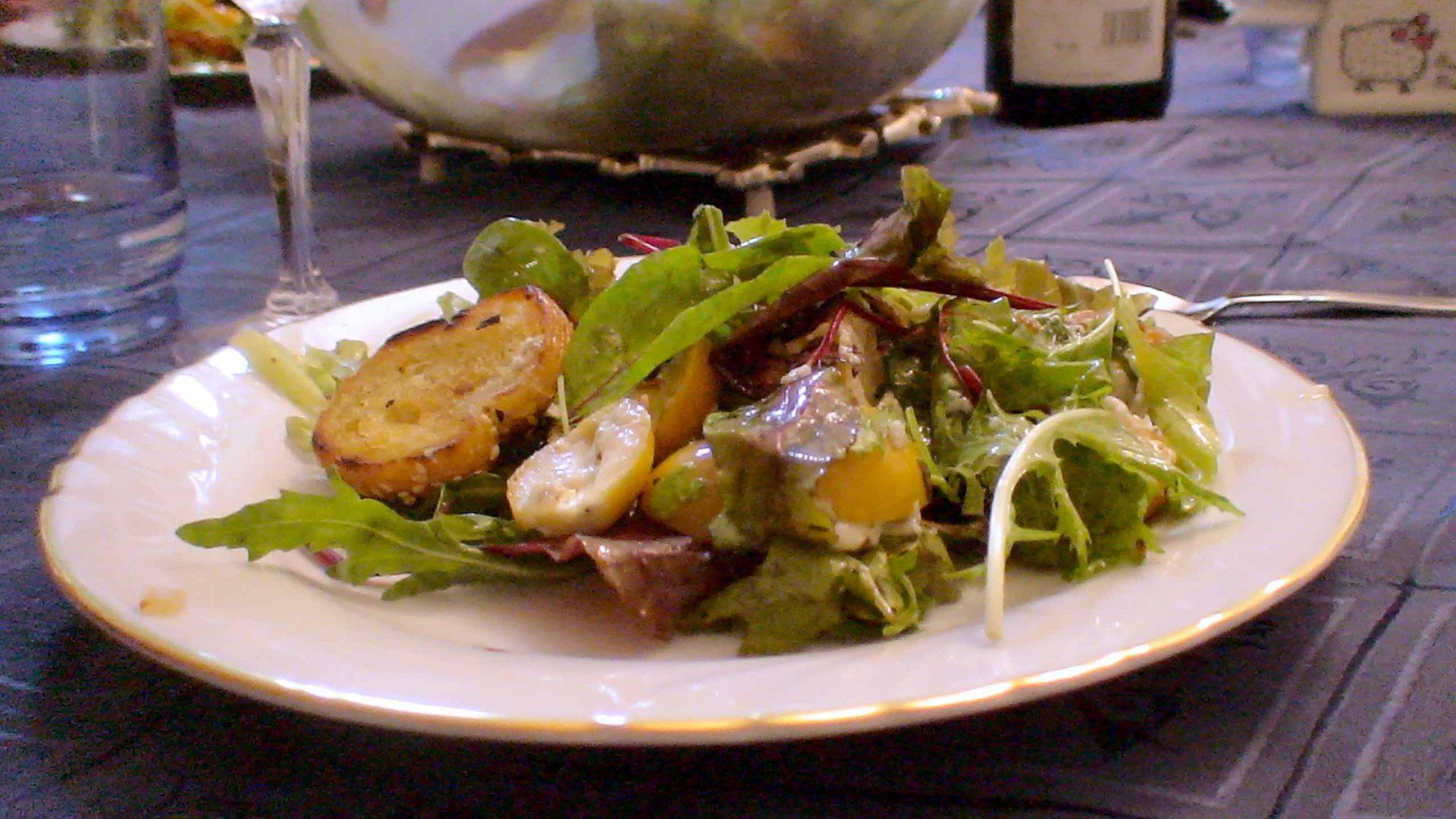 סלט תמרים צהובים וגבינות עם פרוסות בגט חם