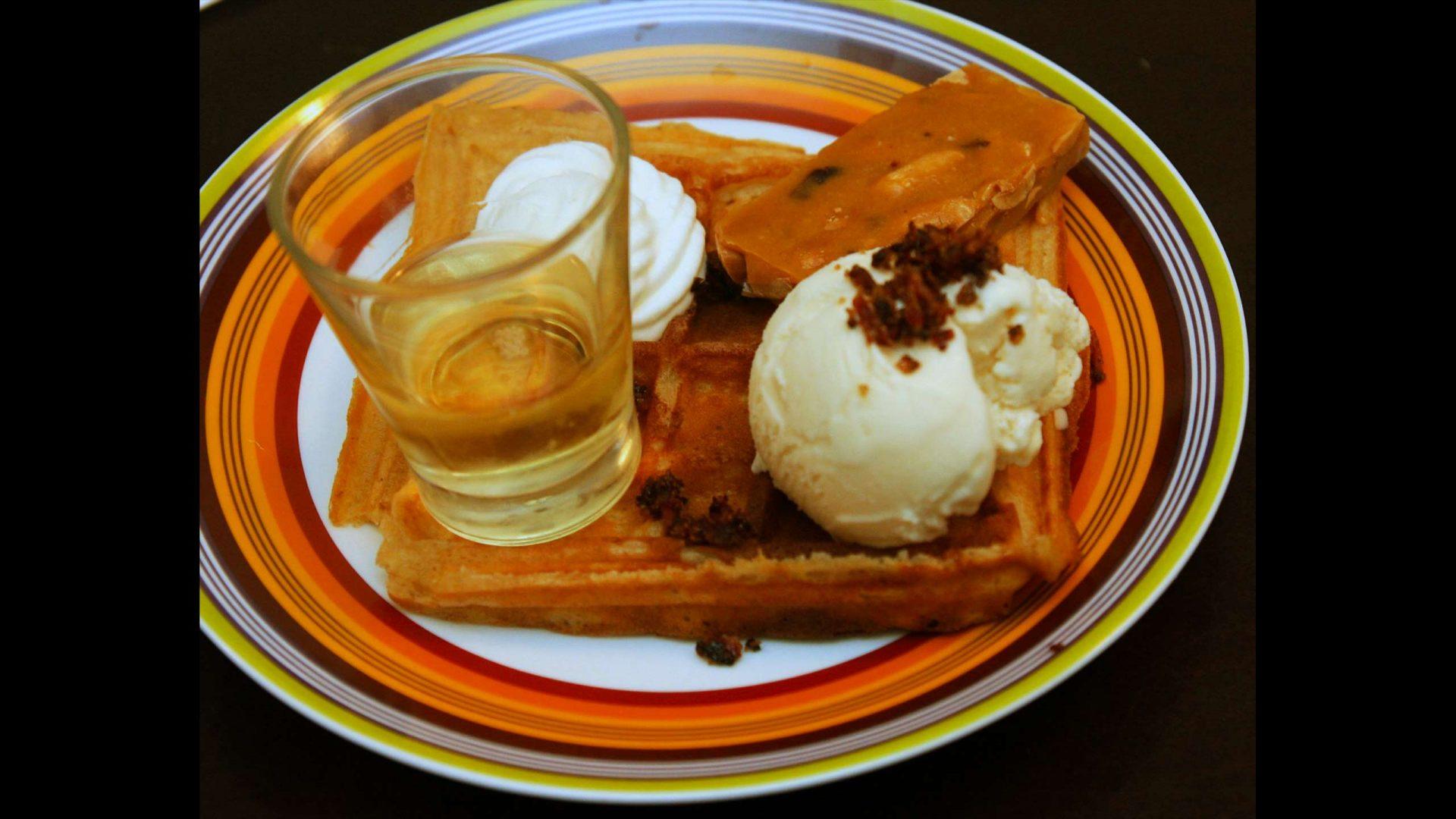 גופרה בלגית גלידת תפוחים קרמל, קריספי בייקון, קראנץ בוטנים וליקר Bad Apple