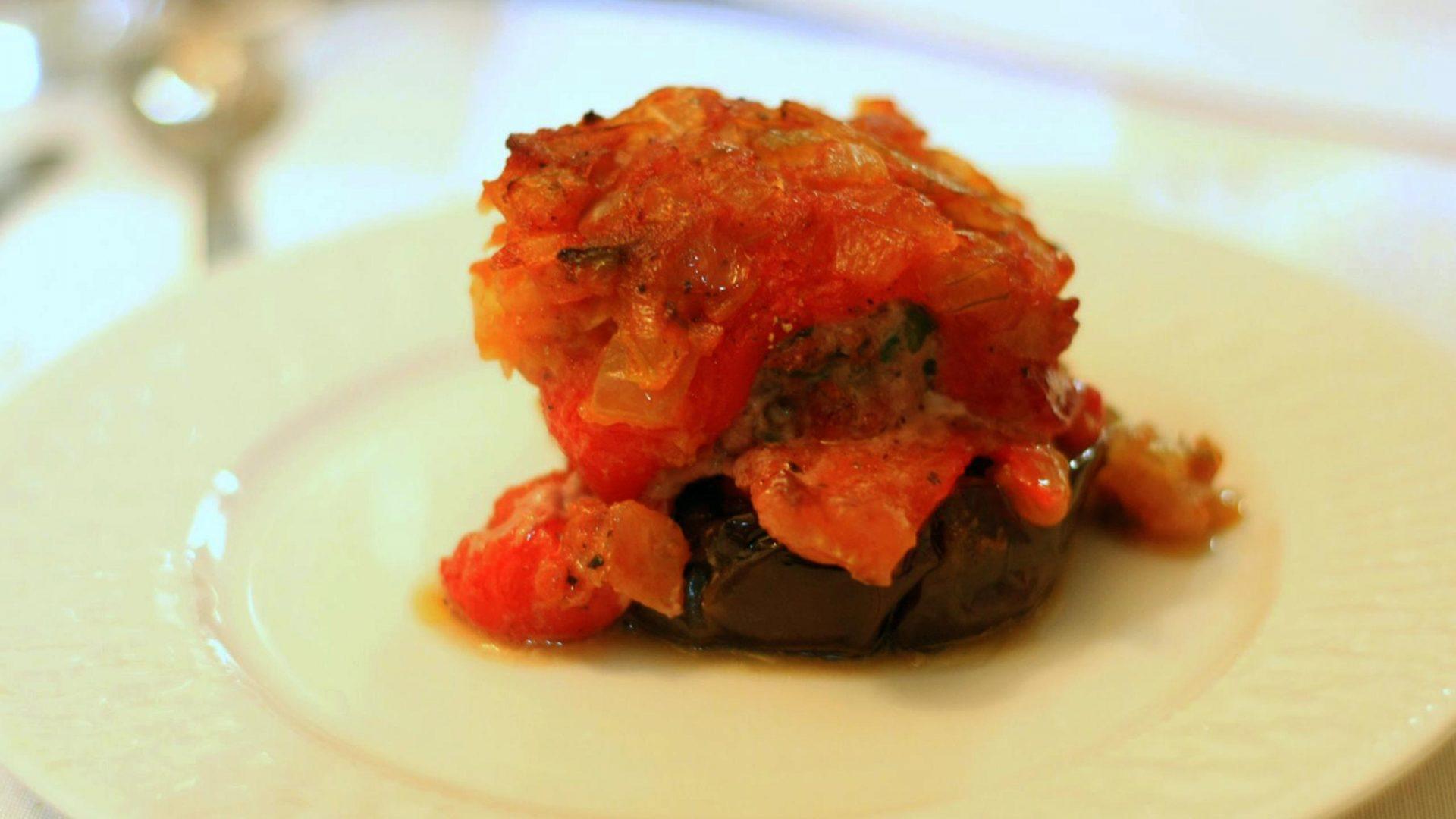 חציל פלפל וירקות אופייניים ליוון עם קבבוני טלה