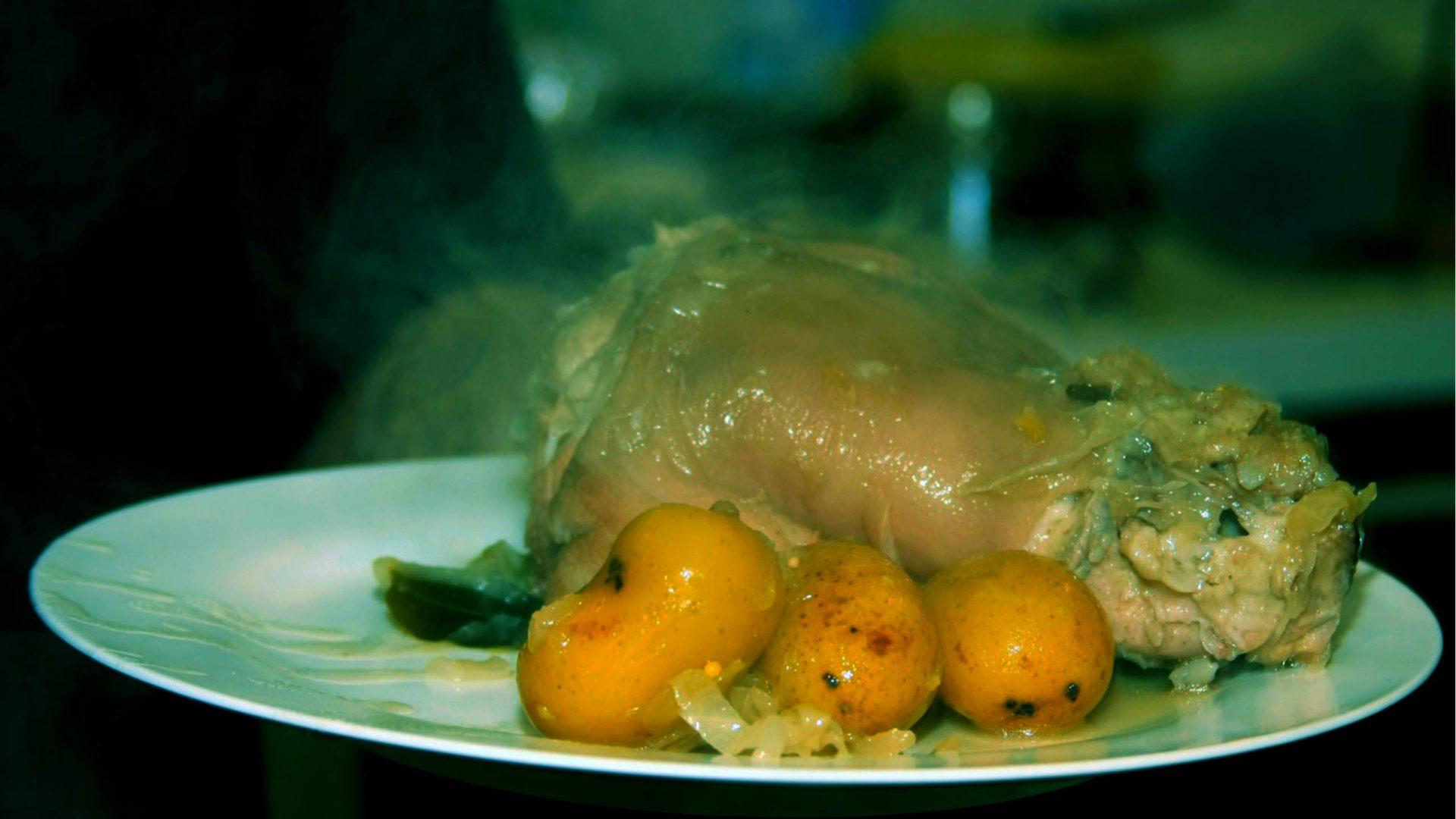 אייסביין (רגל חזיר) בכרוב כבוש ותפוחי אדמה