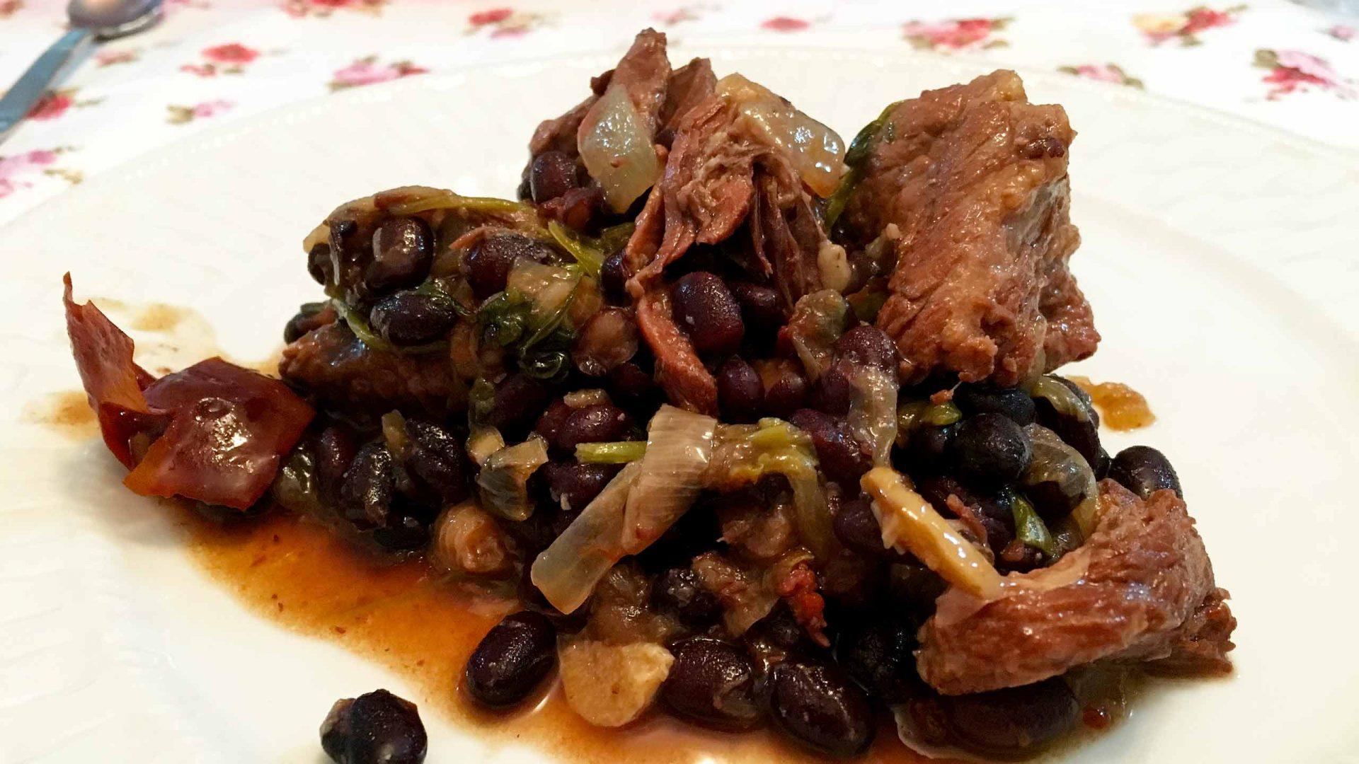 פיג'ואדה לשון בקר, חזה אווז, שפונדרה, וצוריסו עם ירקות שורש ושעועית
