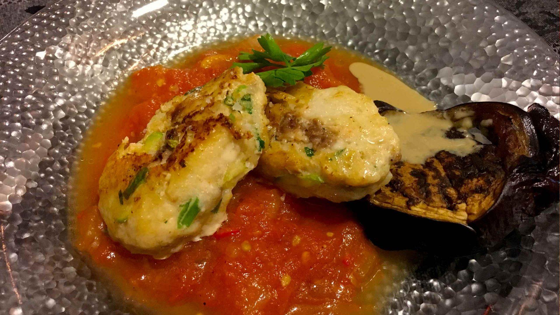 קבב דגים על ספיחה עגבניות