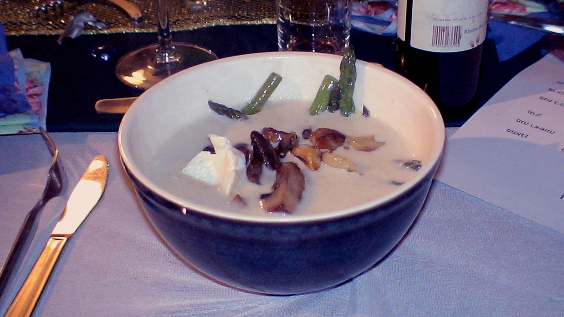 מרק קרם ארטישוק ירושלמי עם אספרגוס, פטריות וגבינת עזים