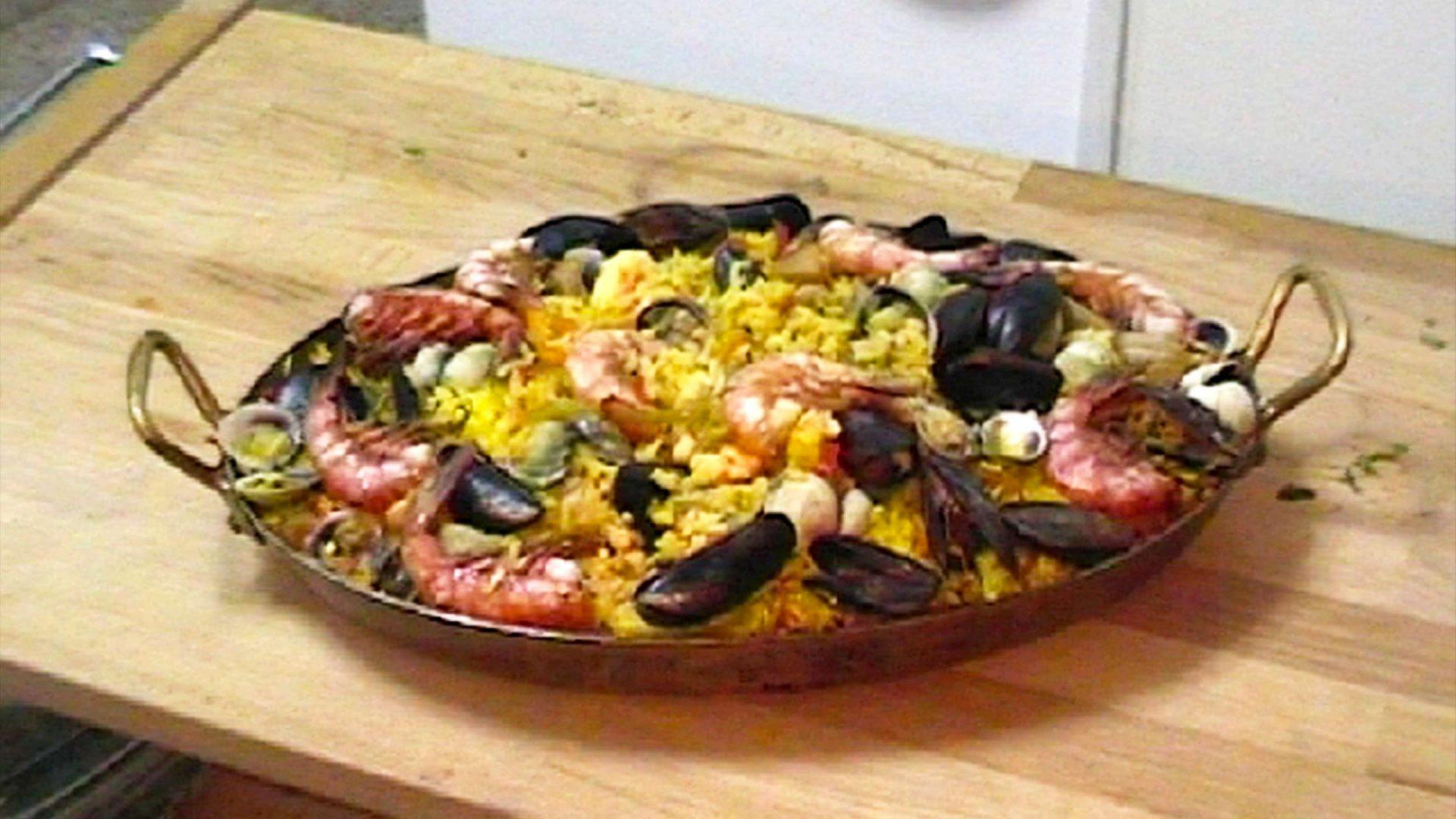 פאייה בשר ופירות ים