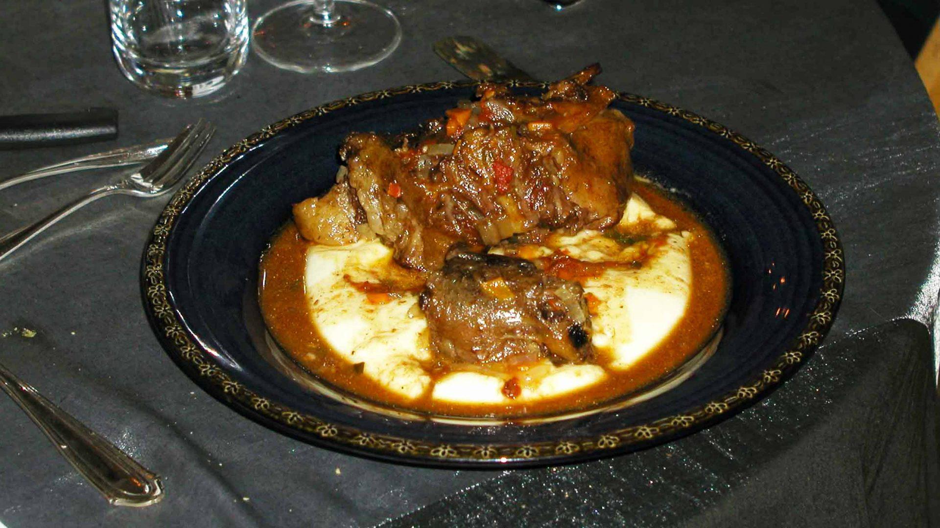 זנב שור בבישול איטי מוגש על מצע פירה