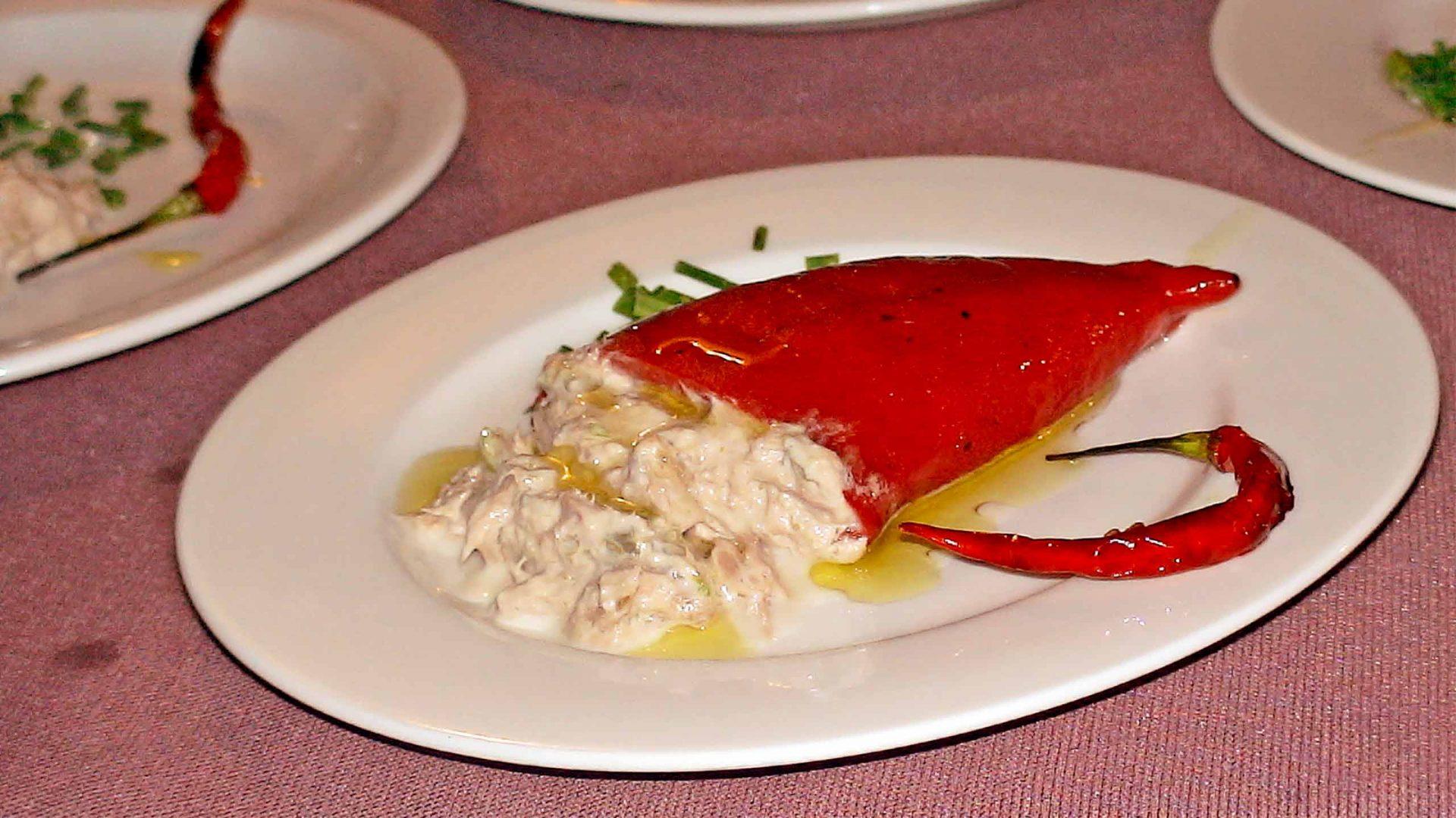 פלפל קלוי ממולא על ידי טונה ואנשובי
