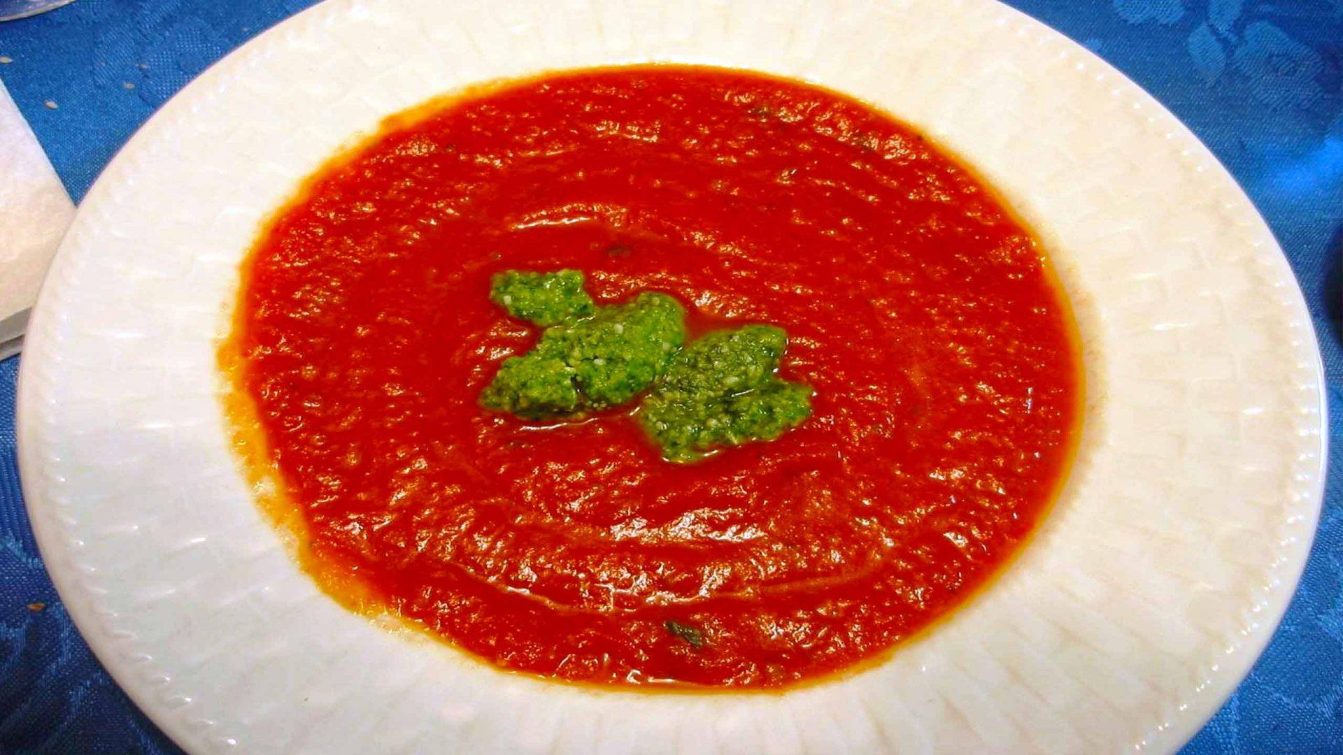 מרק פלפלים עגבניות ופסטו