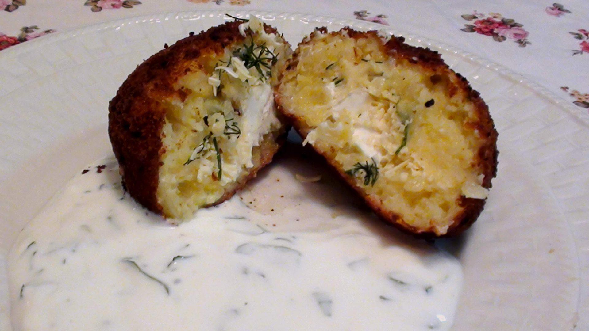 קרוקנטי תפוחי אדמה ברוטב יוגורט במילוי גבינות וזיתים