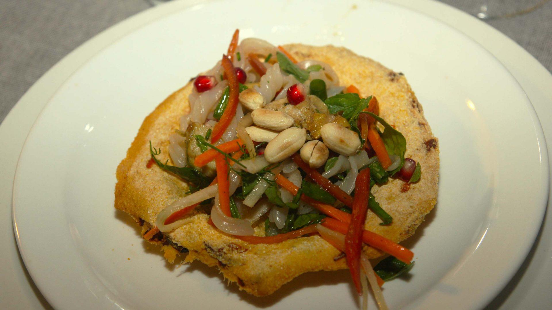 סלט מקלוני אורז ויאטנמי ולבבות ארטישוק בקערת לחם מקמח אורז