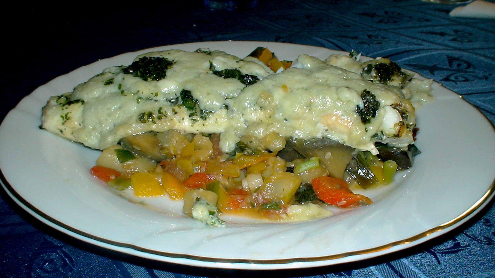 לברק ממולא גבינות על מצע פסטו ירקות
