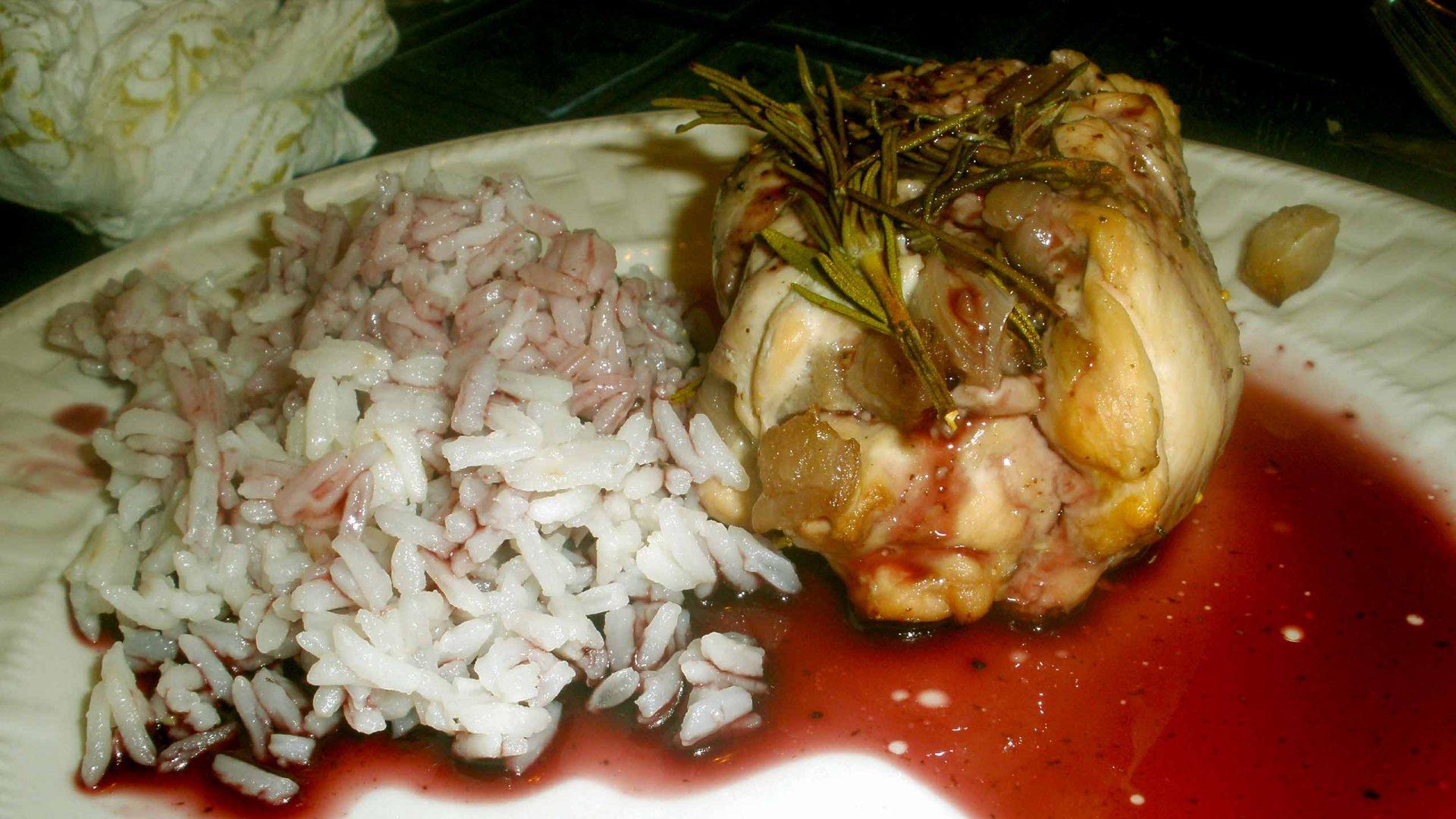 חזה עוף ממולא תפוחים ותאנים ברוטב אדום