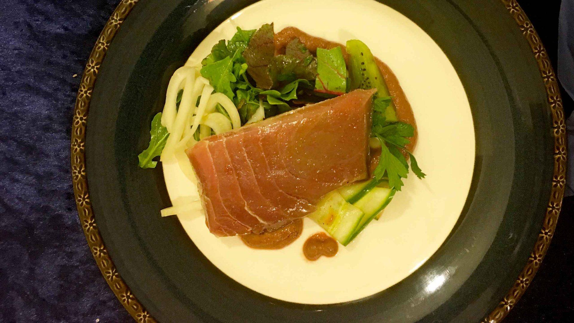 טונה סו-ויד מצוננת על מצע ירק