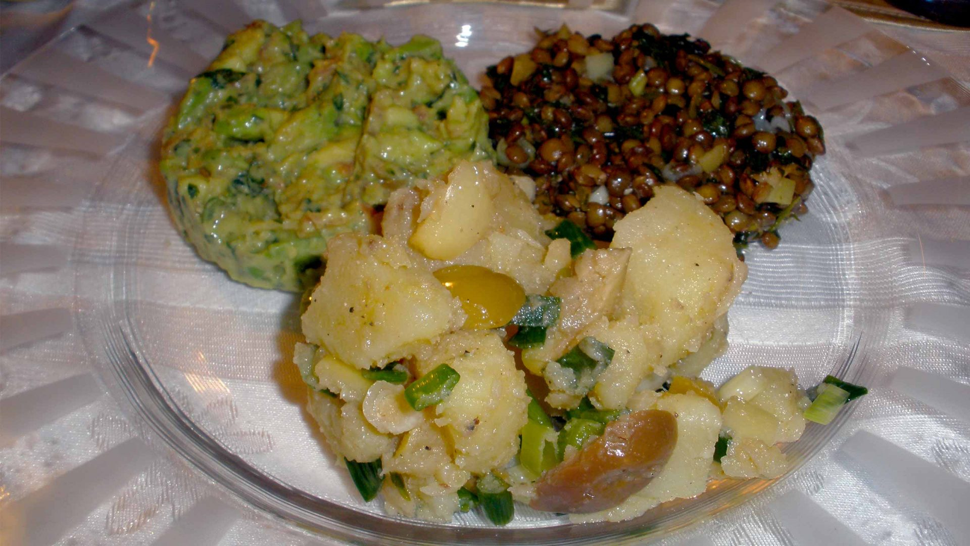 טריו סלטים - עדשים, תפוחי אדמה וגוואקמולי