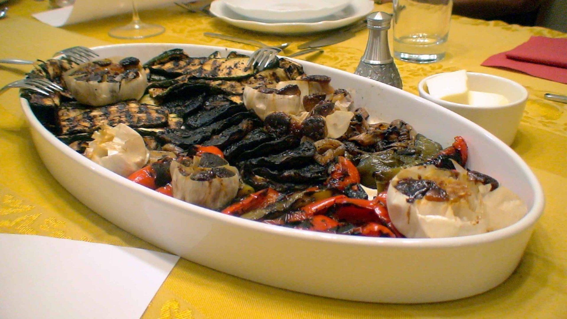 ירקות על הפלנצ'ה עם פוקצ'ה על אבן שמוט