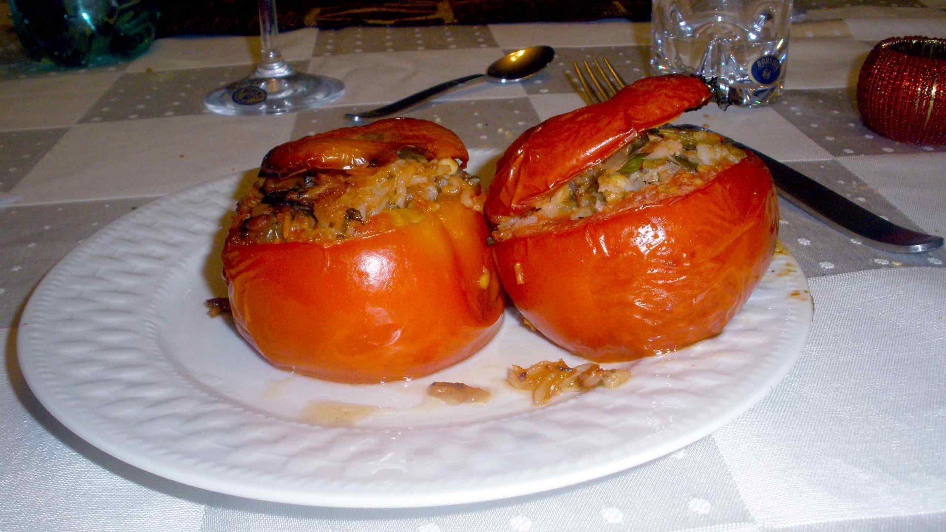 עגבניות ופלפלים ממולאים בנוסח סאמוס