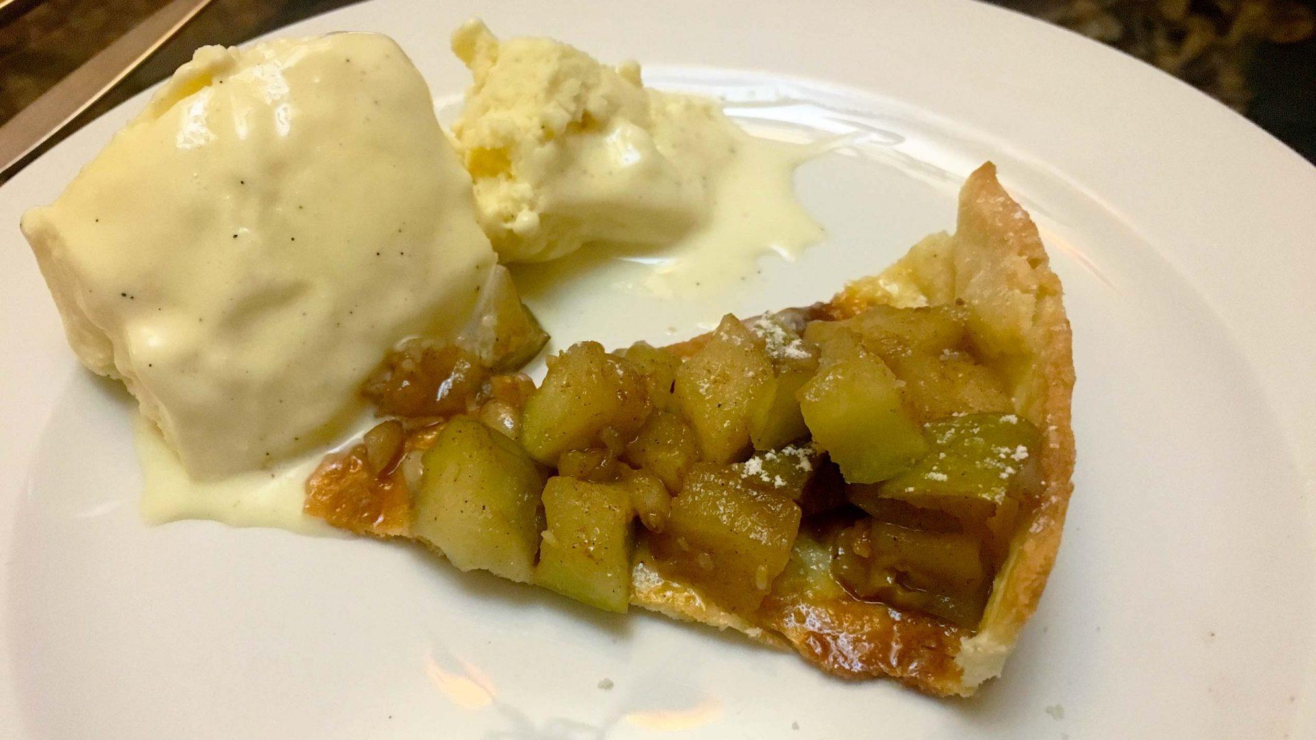 טארט תפוחים בלווי גלידת וניל צרפתי
