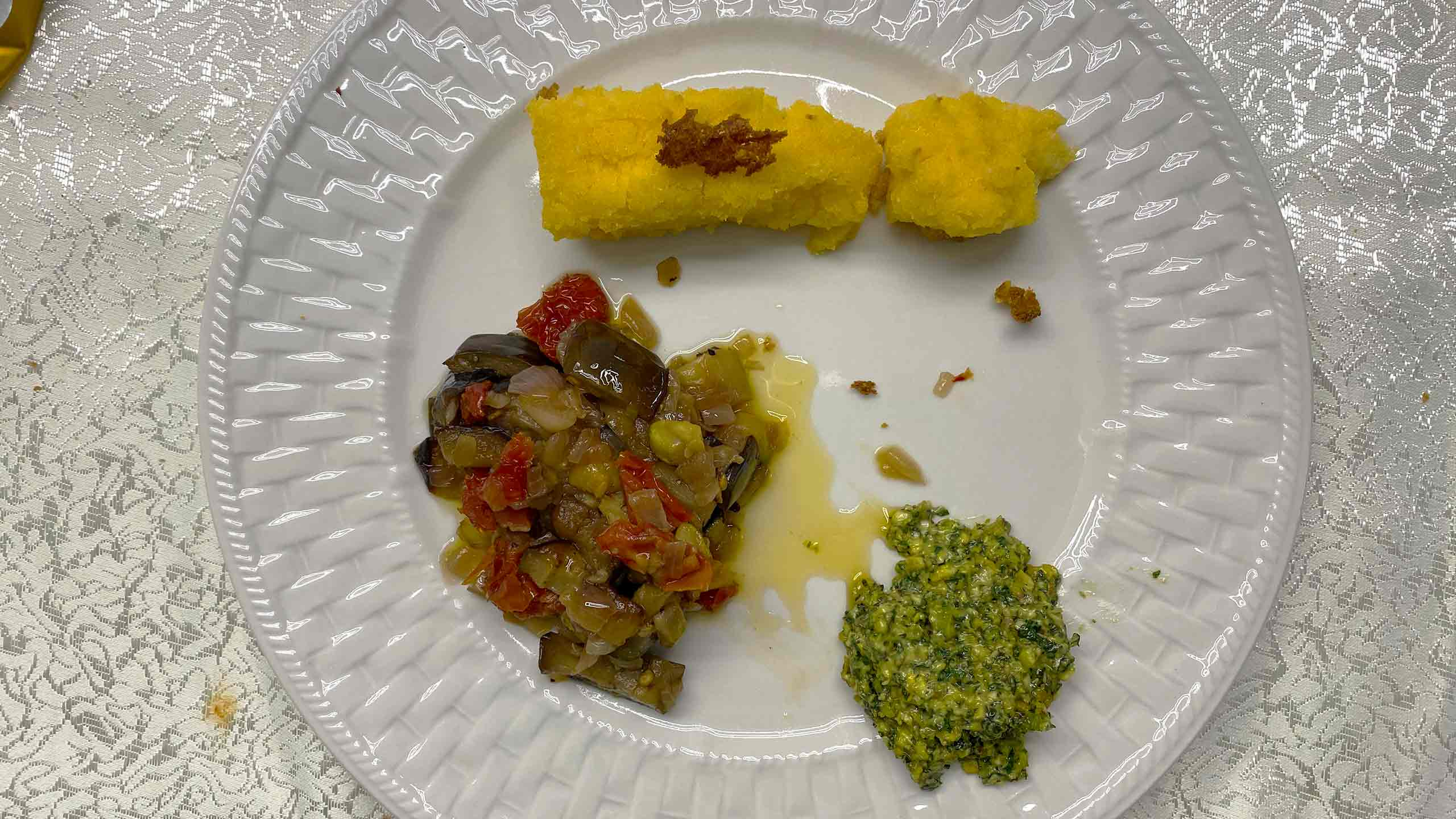 פולנטה-עם-רטטוי-ירקות-ורוטב-פיסטוקים