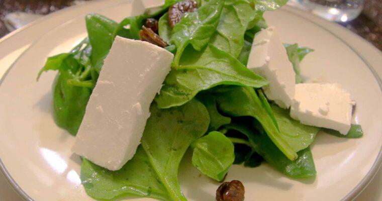 סלט תרד מעושן עם גבינת פטה פקאנים מסוכרים וחמוציות